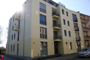 Im Familienhaus in Spandau stehen bis zu neun Wohnungen zwischen 43 und 96 Quadratmetern zur Verfügung. Foto: Anne Beyer