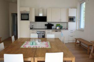 Die Gemeinschaftsräume, wie diese Küche, bieten Platz für den Austausch. Foto: Anne Beyer